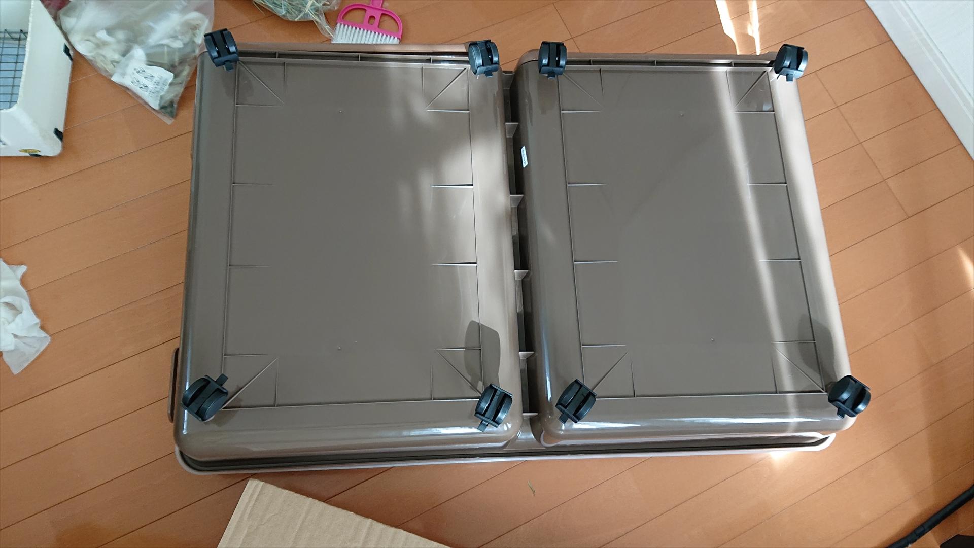 ケージの裏面です。裏にはキャスター(またはゴム付きストッパー)が8個あります。以前使っていたイージーホーム80は4個だったのですが、こちらは8個でもうキャスターが折れることはないでしょう!