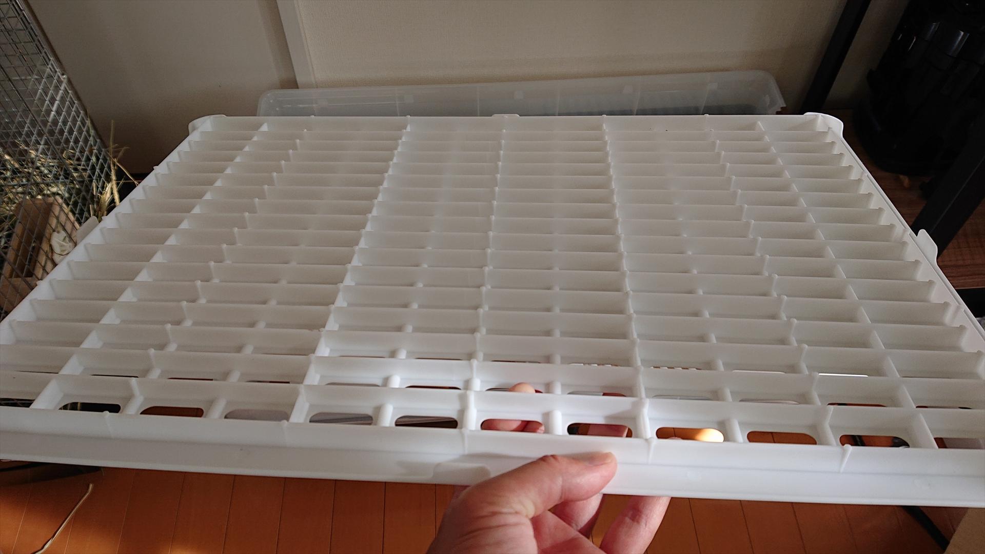 こちらはスノコです。イージーホーム80は金属製のスノコでしたが、こちらはプラスチック製です。足ダンに耐えられるのかな?と思っていたのですが、ちゃんと補強構造になっているので問題なさそうです。金属ではないのでカチャンカチャン音がしないのは良いですね!