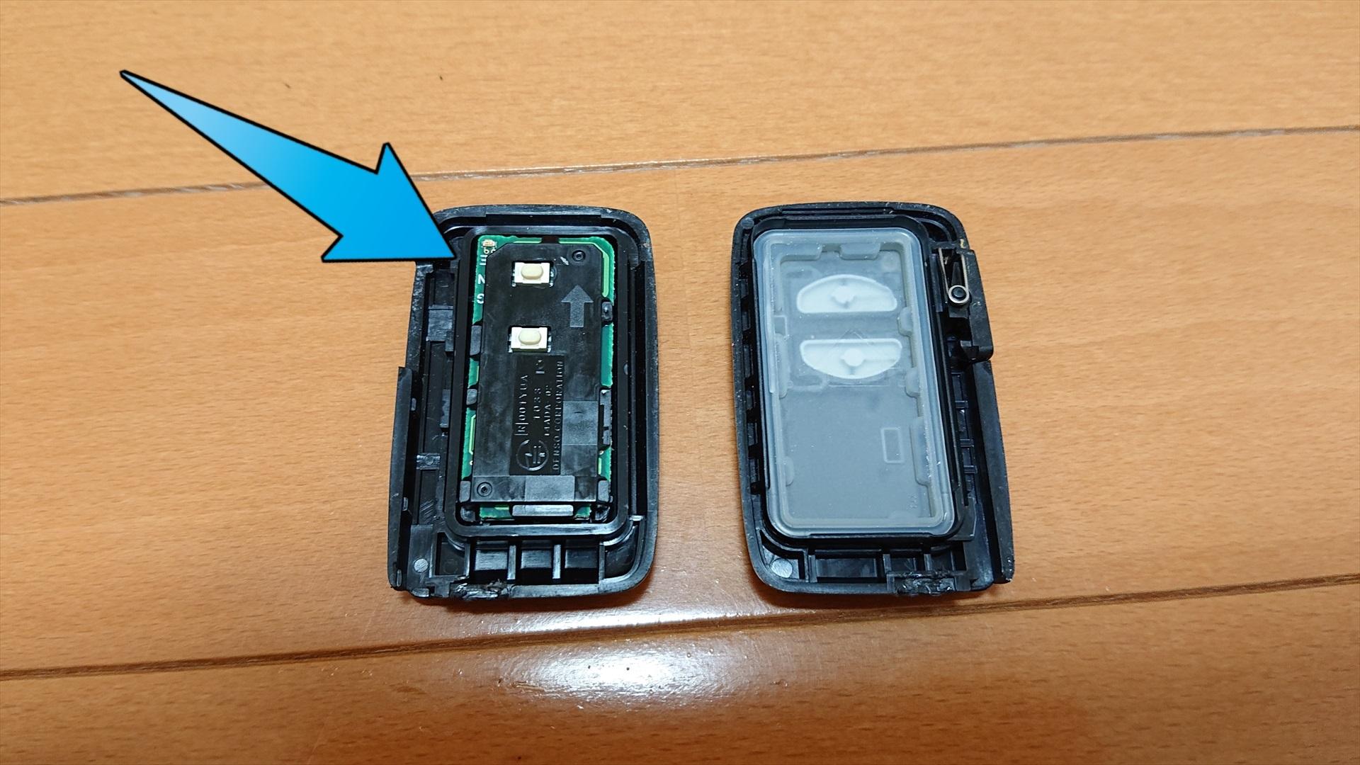 こちらがケースを開いた状態です。左側のパーツの裏側に電池が収まっています。こちらのパーツは乗っているだけなので、すぐとれます。