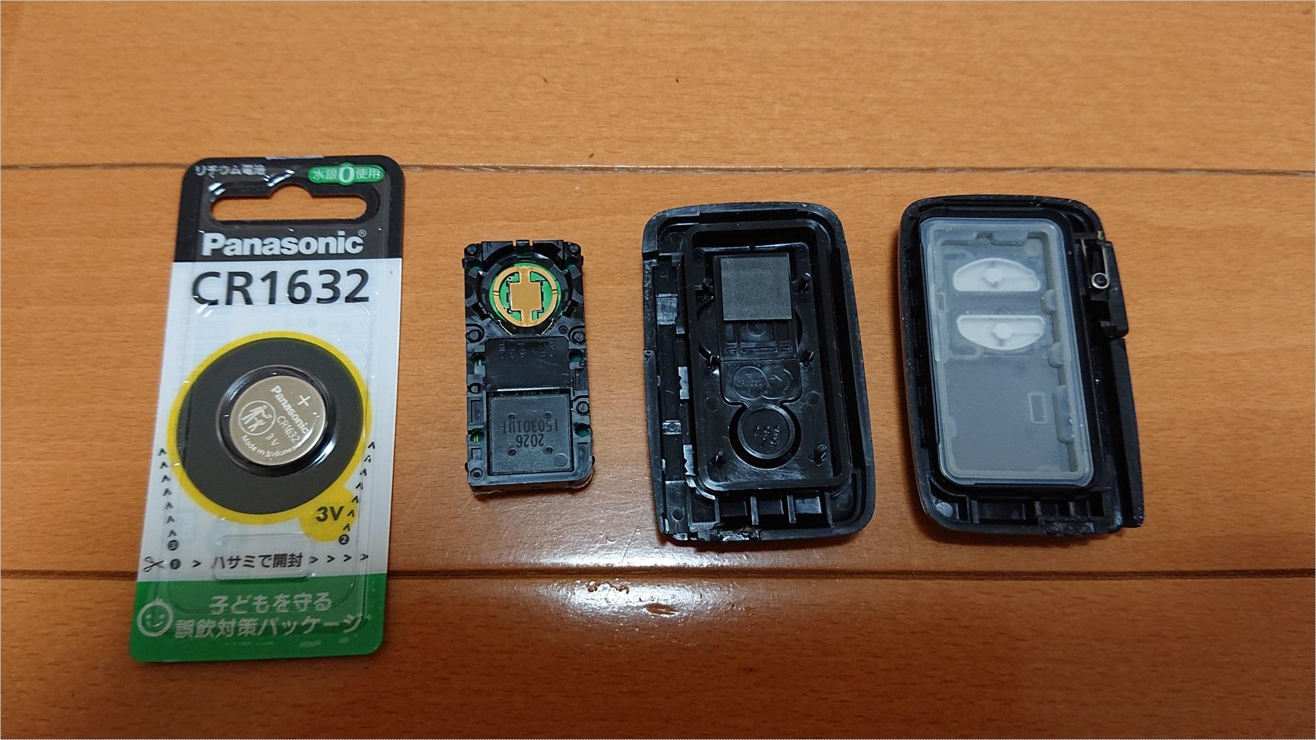 あとは電池を交換するだけですが、電池は結構がっちりホールドされているので、マイナスドライバーでテコの原理を利用して取り出します。ちなみに爪楊枝では取れませんでした。プリウスαのキーの電池は「CR1632」でした。