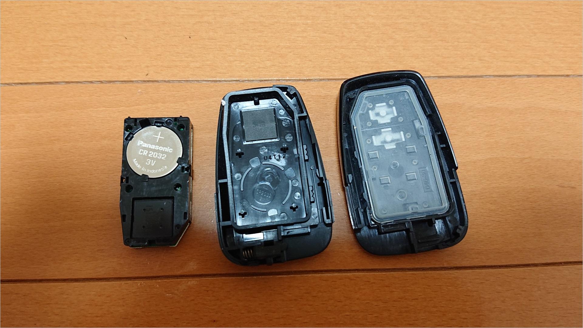 こちらがキーを開いた状態です。電池は「CR2032」でした。電池はガッチリホールドされているので、マイナスドライバーなどの硬い物でテコの原理を利用して取り出します。ちなみに爪楊枝では取れませんでした。