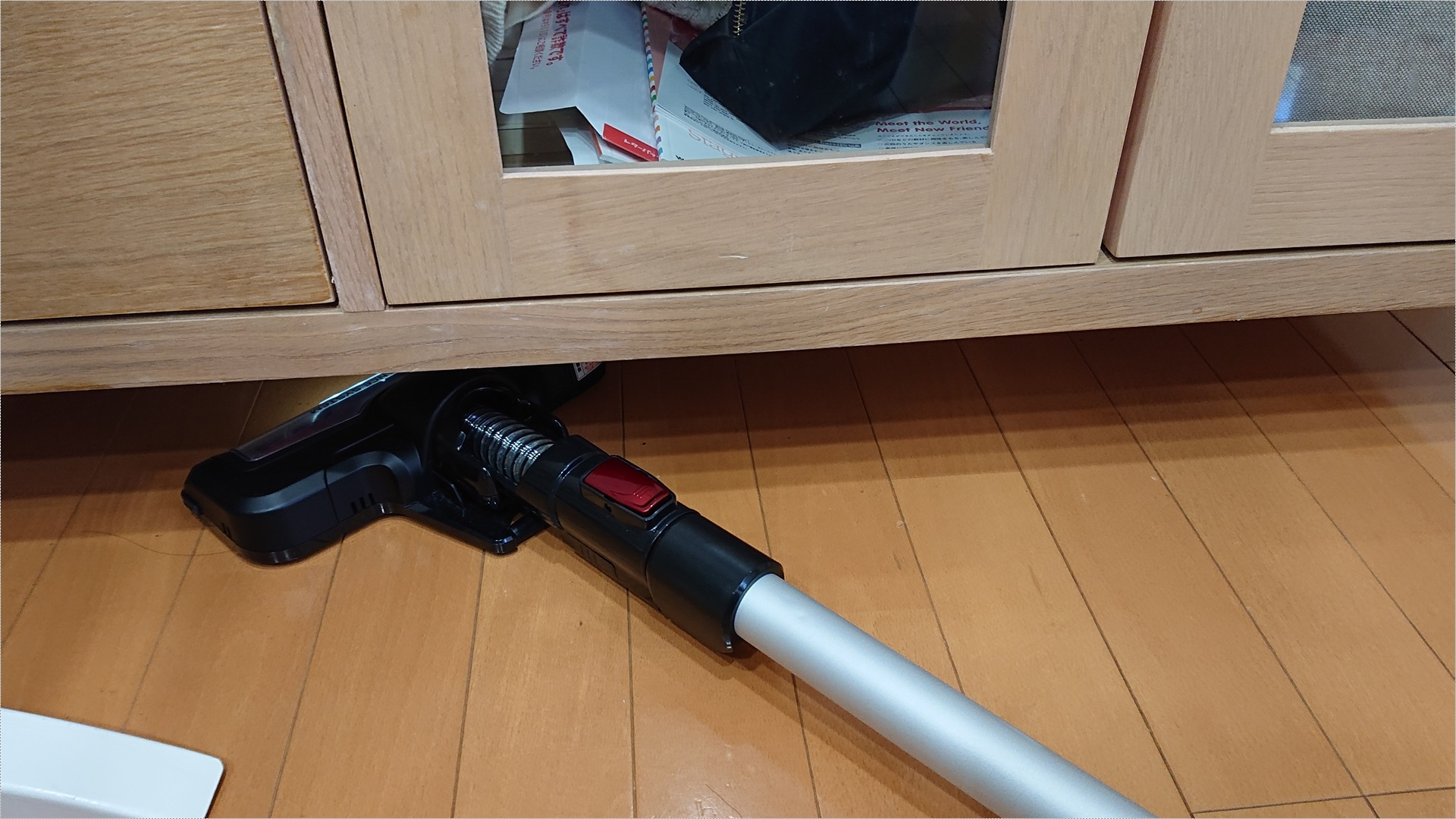 掃除機のヘッドが比較的低いので、TV台の下にも入り込めます。