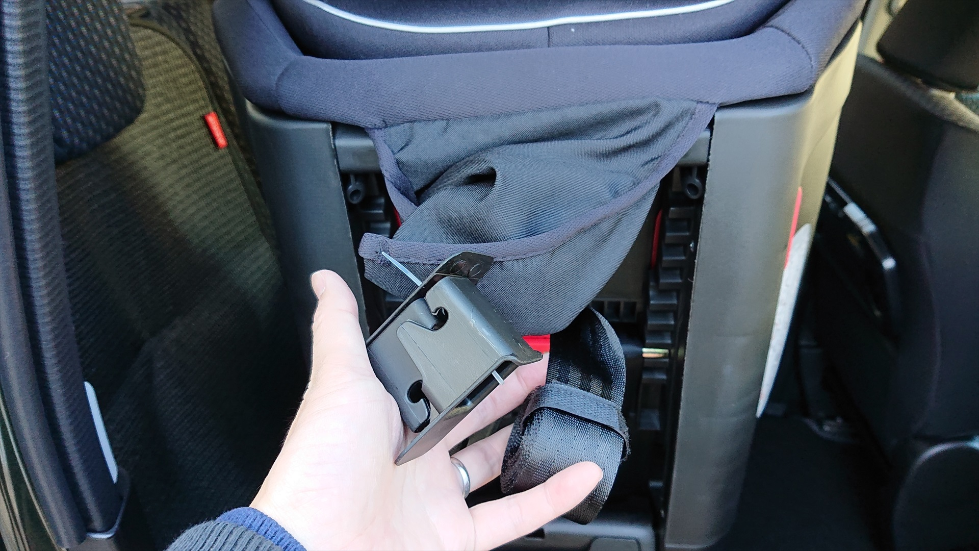 座面裏側のヘッドレスト付近にトップテザー(車のシートに固定する器具)とISOFIX装着補助具が収納されています。説明書読まずに設置しているとこれの位置が分かりませんでしたw