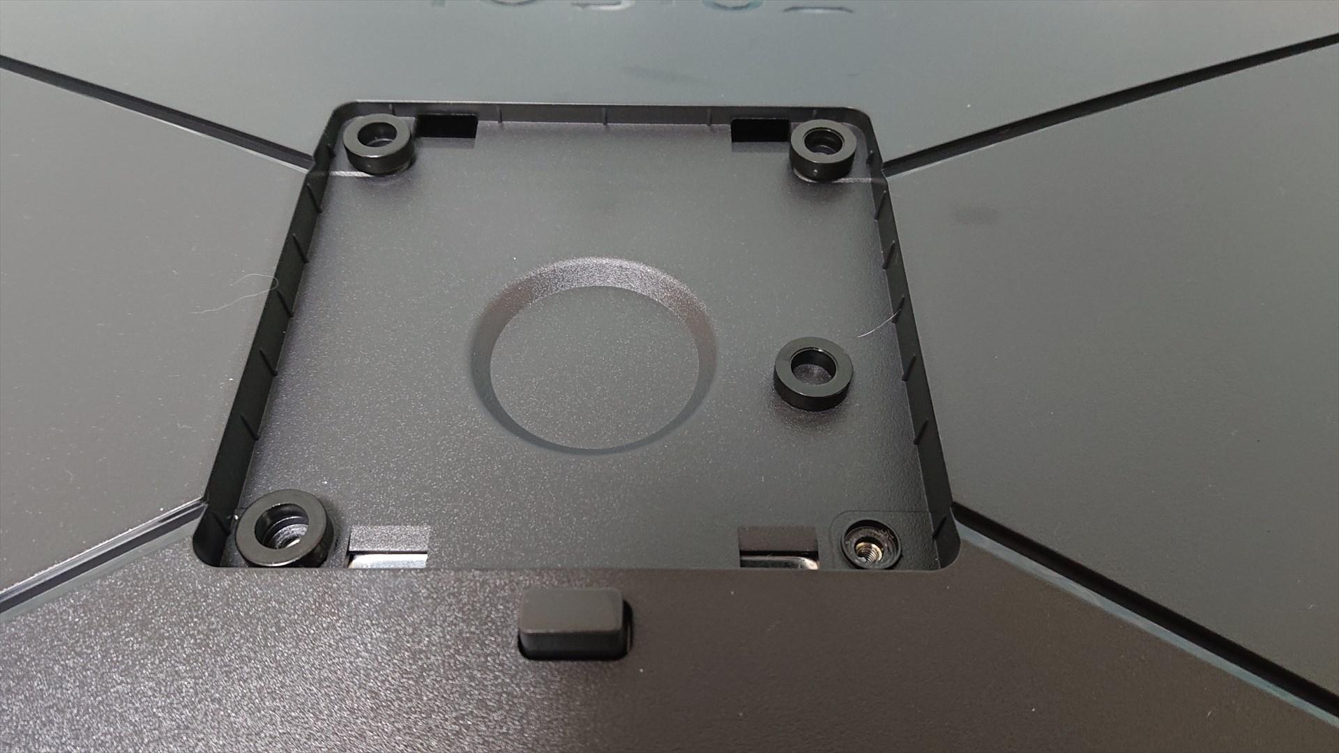 注意点として、このVESAマウントはちょっと凹んでます。よってモニターアームなどを使う場合はスペーサーが必要になる場合があります。私はamazonブランドのeonoのモニターアームを使用しておりますが、スペーサーを使えば問題なく取り付けできました。