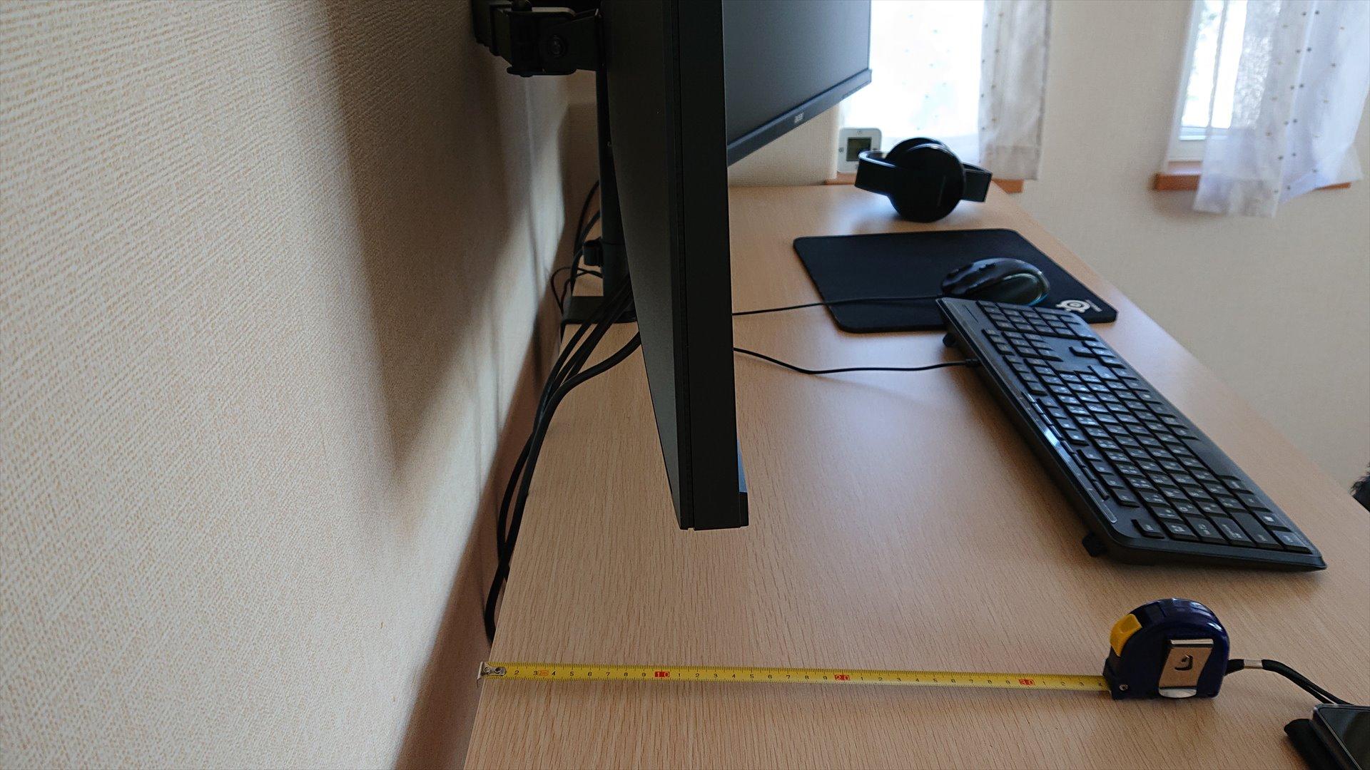 モニターアームを使うと奥行きが約15cmくらいになり、奥行き60cmの机だと27インチモニターがちょうどいい距離になります。