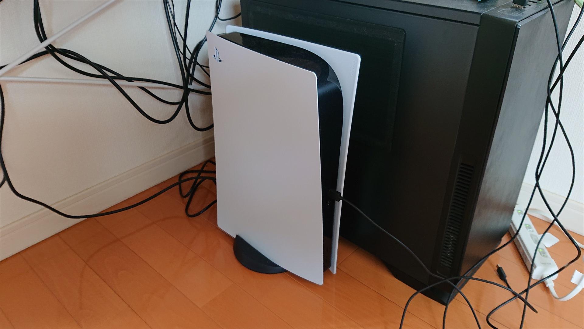 PS5前面と後ろにUSBポートがあります。どちらでも良いですが、プレミアムワイヤレスサラウンドヘッドセットのUSBアダプタを挿して使います。